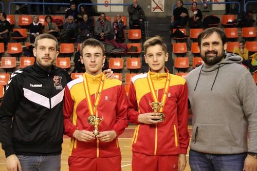 Pablo Gómez y Oscar Delgado ofrecen su medalla a la afición
